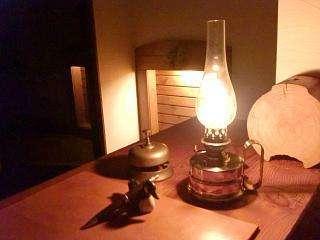 イギリス製の灯油ランプの暖かな光でチェックイン