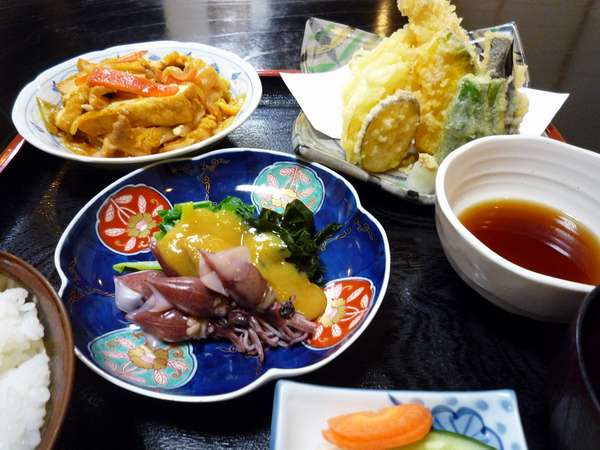 夕食は日替わり料理です。この日は天ぷら盛り合せ、野菜炒め、ホタルイカからし味噌和えです。
