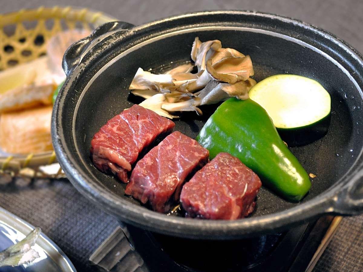 【夕食】国産和牛の陶板焼き。あつあつジューシーなお肉をお召し上がりください。