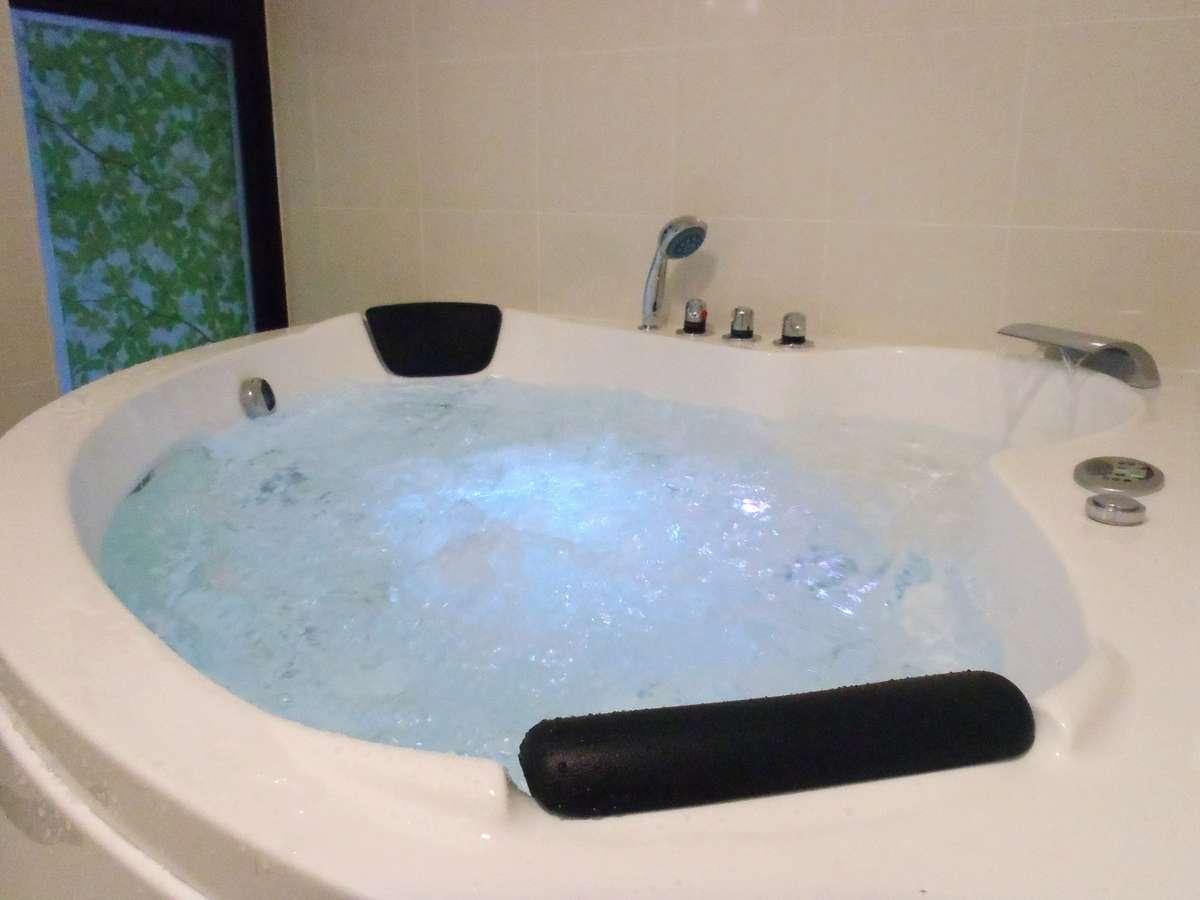 本格ジャグジー風呂7色に変わるライトにジェット、バブル、オゾンとリラックス空間を演出