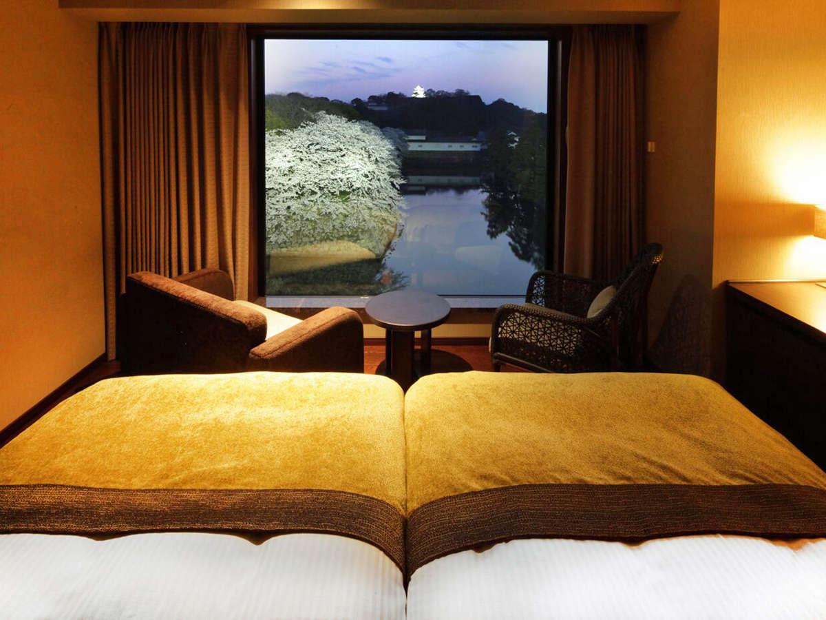 キャッスルビューツインルーム/大きな窓から眺める城郭を借景に、ゆったりとおくつろぎください。
