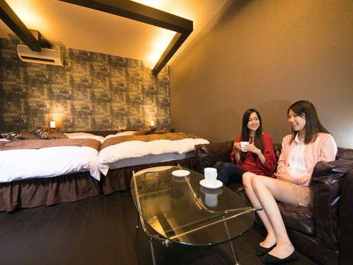 【モダン客室】大型ソファでティータイム