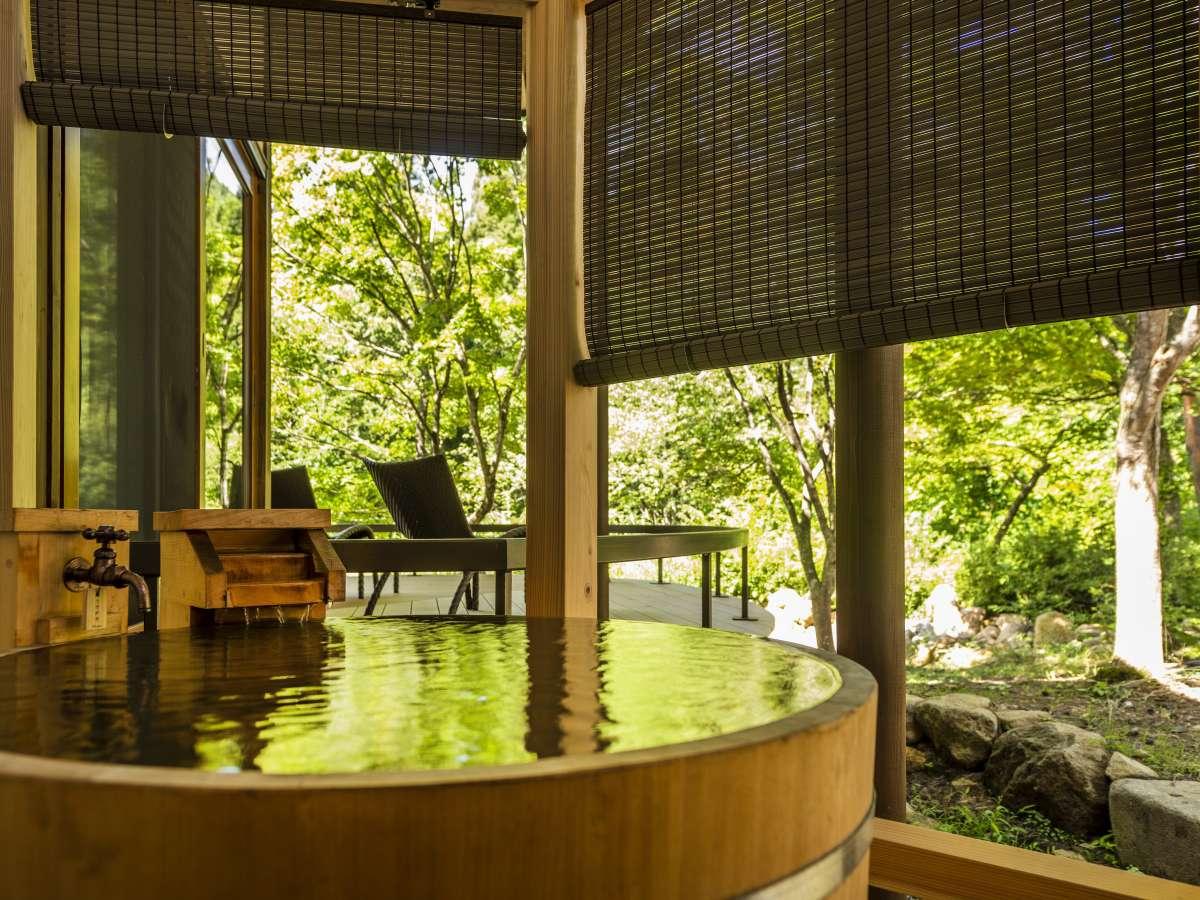 【離れ】「天の坐・嵐亭」テラスから望む庭園はかつて東北旅行誌の表紙を飾った地元では有名な美景。