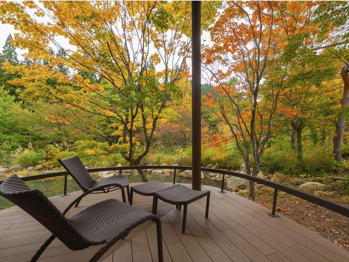 【離れ】「天の坐・嵐亭」…解放感溢れるテラスから望む四季折々の庭園風景は、天の坐の魅力の一つ。