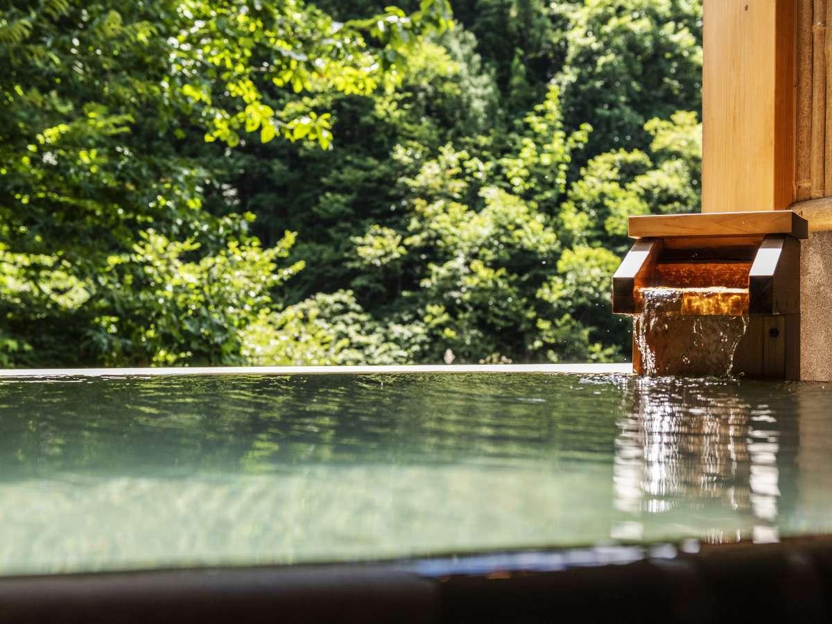 「紅雲の湯」湯量豊富な自家源泉かけ流しの湯。