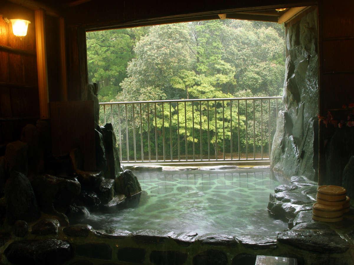 ・山小屋風の24時間入浴可能な半露天岩風呂。