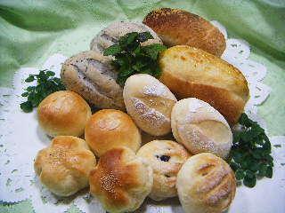 テーブルロール、セサミブレッド、チーズブレッドなど朝食には2種類のパンをご用意します。