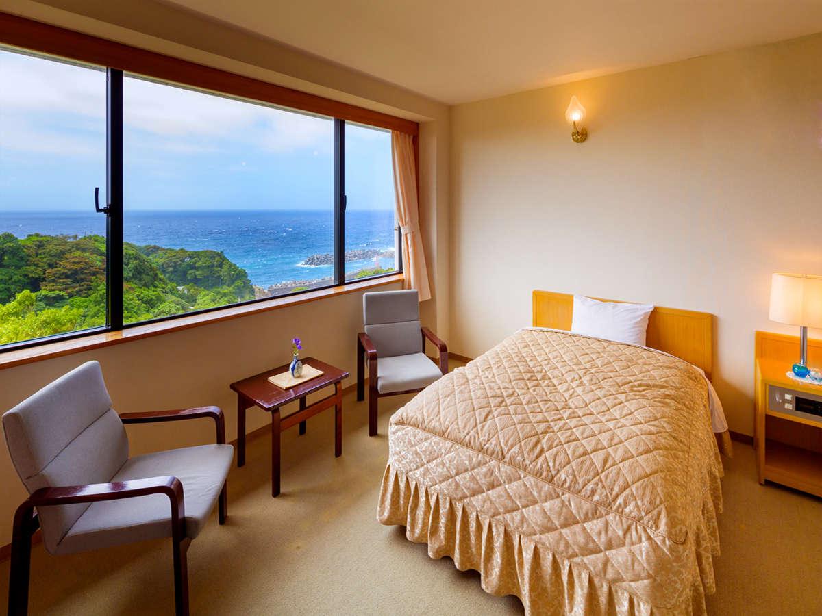 大きな窓から見える、豊かな緑と太平洋。まるで1枚の絵のような景色を見ながらゴロリ♪