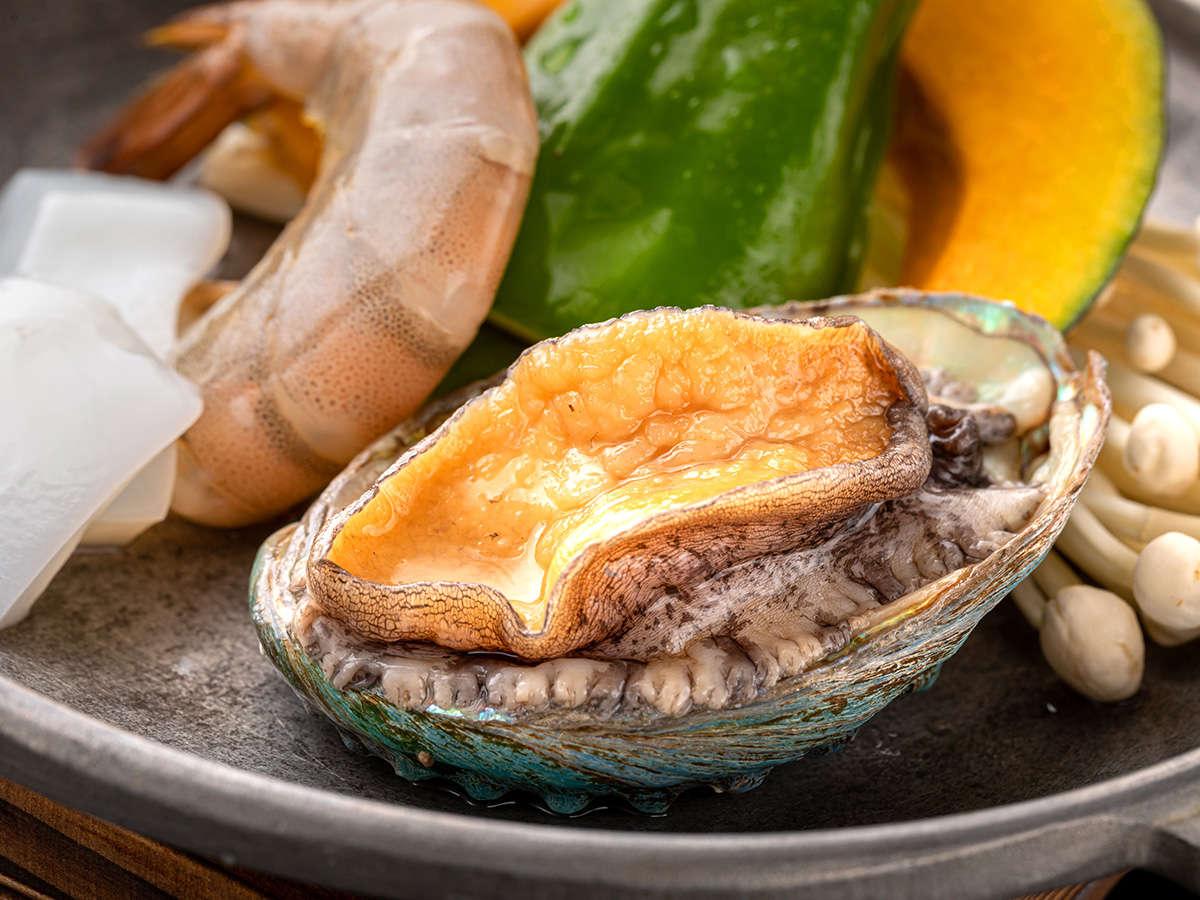 【山海堪能御膳】やわらかく肉厚な<活きアワビの陶板焼>