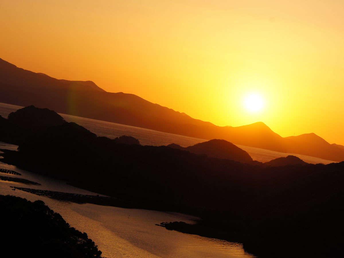 北九十九島が客室の窓から見渡せます。夕日はまさに絶景です。