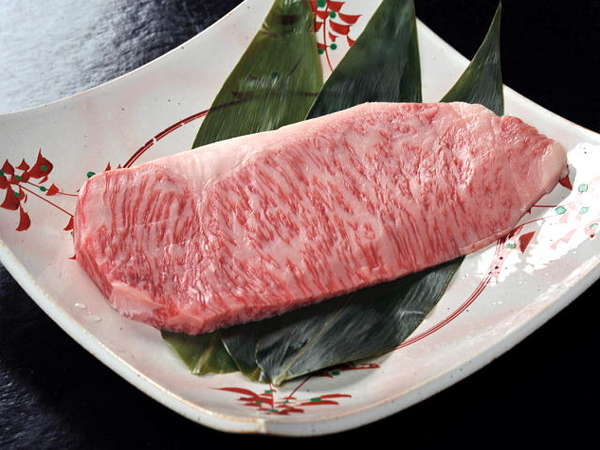 """「万葉牛」は肉そのものに旨味があり、口の中に入れると""""すーっ""""と溶けていく口溶けの良さが特徴です♪"""
