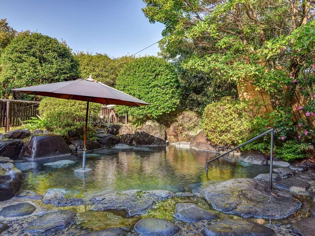 *〔露天・堀の湯〕明るい陽射しを感じながら入浴できる庭園露天風呂。源泉をご満喫いただけます