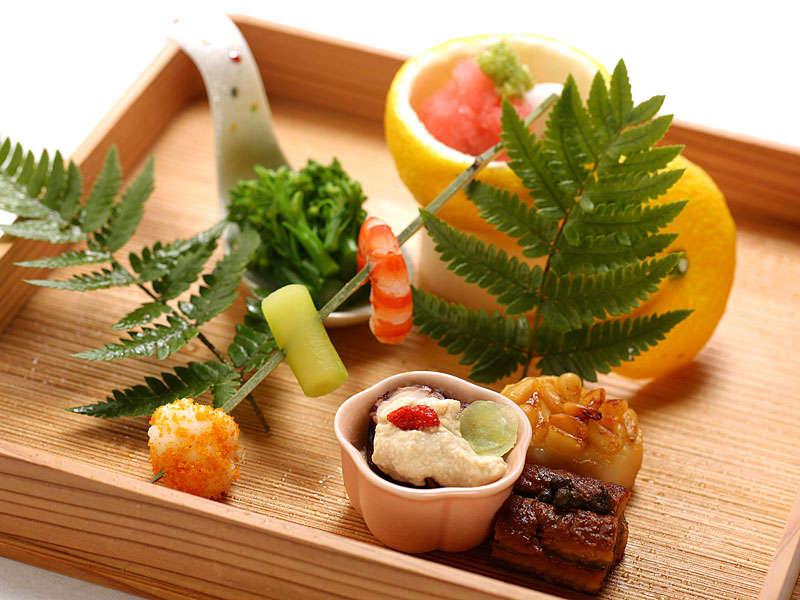 特別会席の一例。地元の旬の食材でつくる一品だしの料理のため、月毎のお献立をご用意