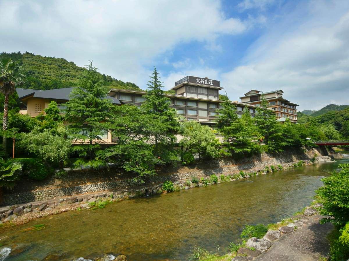 山裾に抱かれるように佇む大谷山荘。せせらぎ、山の緑に包まれたのどかな山間の休日を