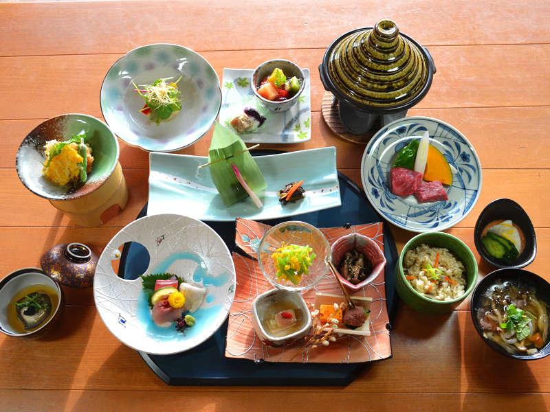 *【夕食一例】地元の食材を使用した和会席。旬の味覚をお楽しみくださいませ。