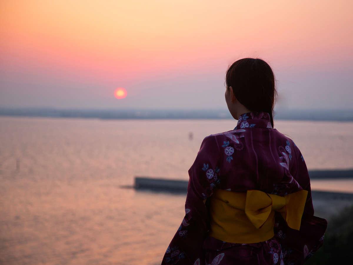 思わず息を呑む、大海原を染める夕陽。オレンジの空が徐々に夜を迎える様に、『感動!!』