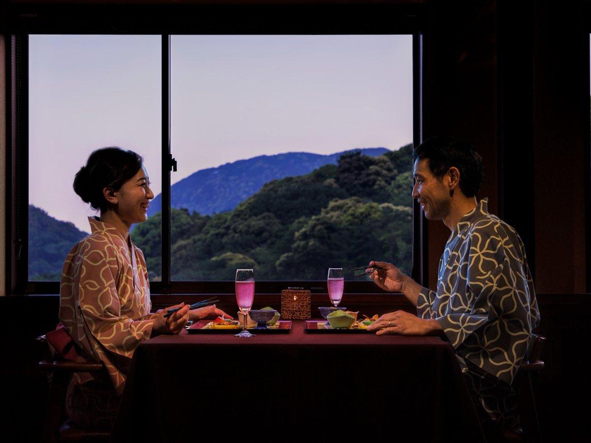 お食事処【花見月】テーブルごとに仕切られゆっくり語らいながら食事のひと時を過ごせます