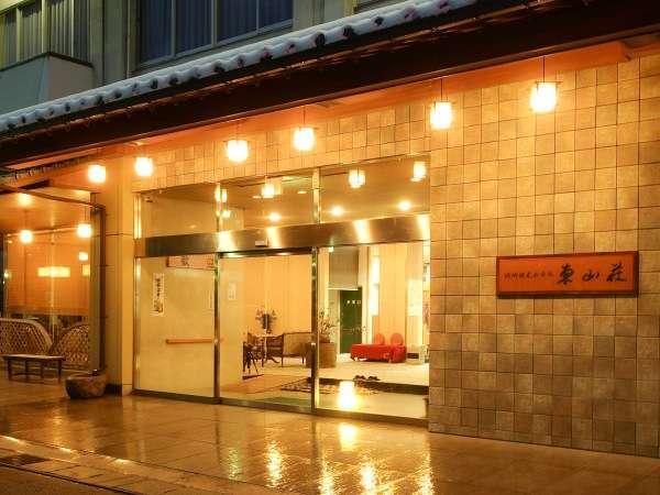 当館 夕刻の玄関前立地は(地蔵湯・さとの湯 徒歩3分・コンビニ徒歩1分の好立地♪♪)