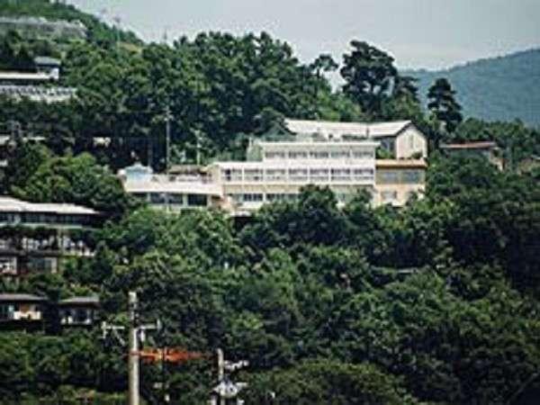 善光寺平を一望に見渡せる高台に位置するいかほ別館は、緑ゆたかな環境に