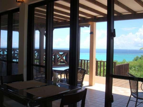 石垣ブルーの海を望むレストランテラス