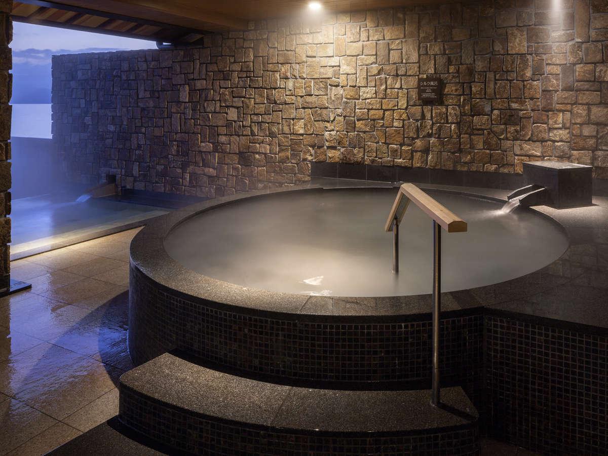 【大浴場 内湯】滑らかで真っ白な泡で優しくお肌を包み込む シルク風呂
