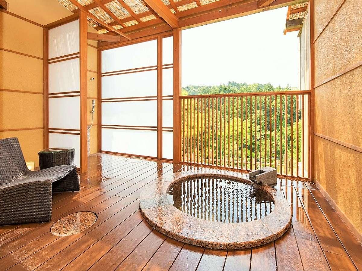 【露天風呂付き客室(山ゆり)】開放感あふれる客室内露天風呂