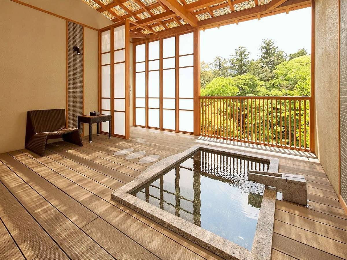 【露天風呂付き客室(あざみ)】渓流や山なみが一望でき眺めが抜群です。