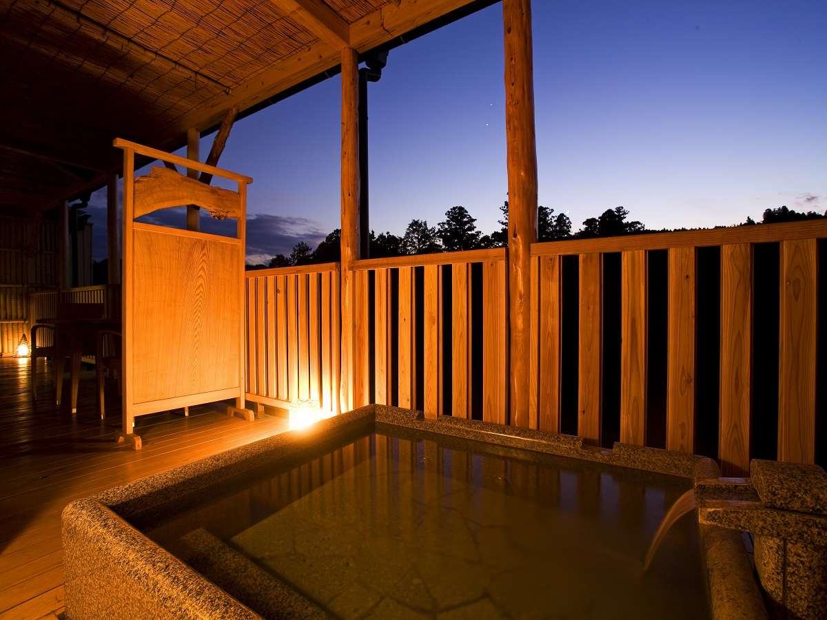 【露天風呂付き客室(306)】広々とした露天風呂で、景色と入浴を満喫!