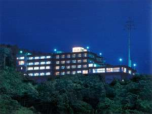 ホテル外観(夜)山の中腹に位置しておりますので、宿からの景色には自信がございます。