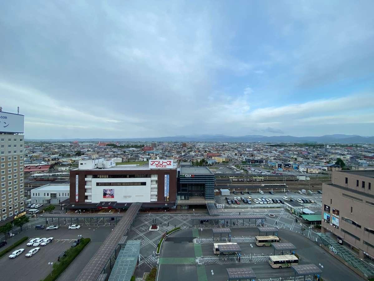 弘前駅正面に当館はございます。天気が良ければ上階フロアから八甲田山も望めます。