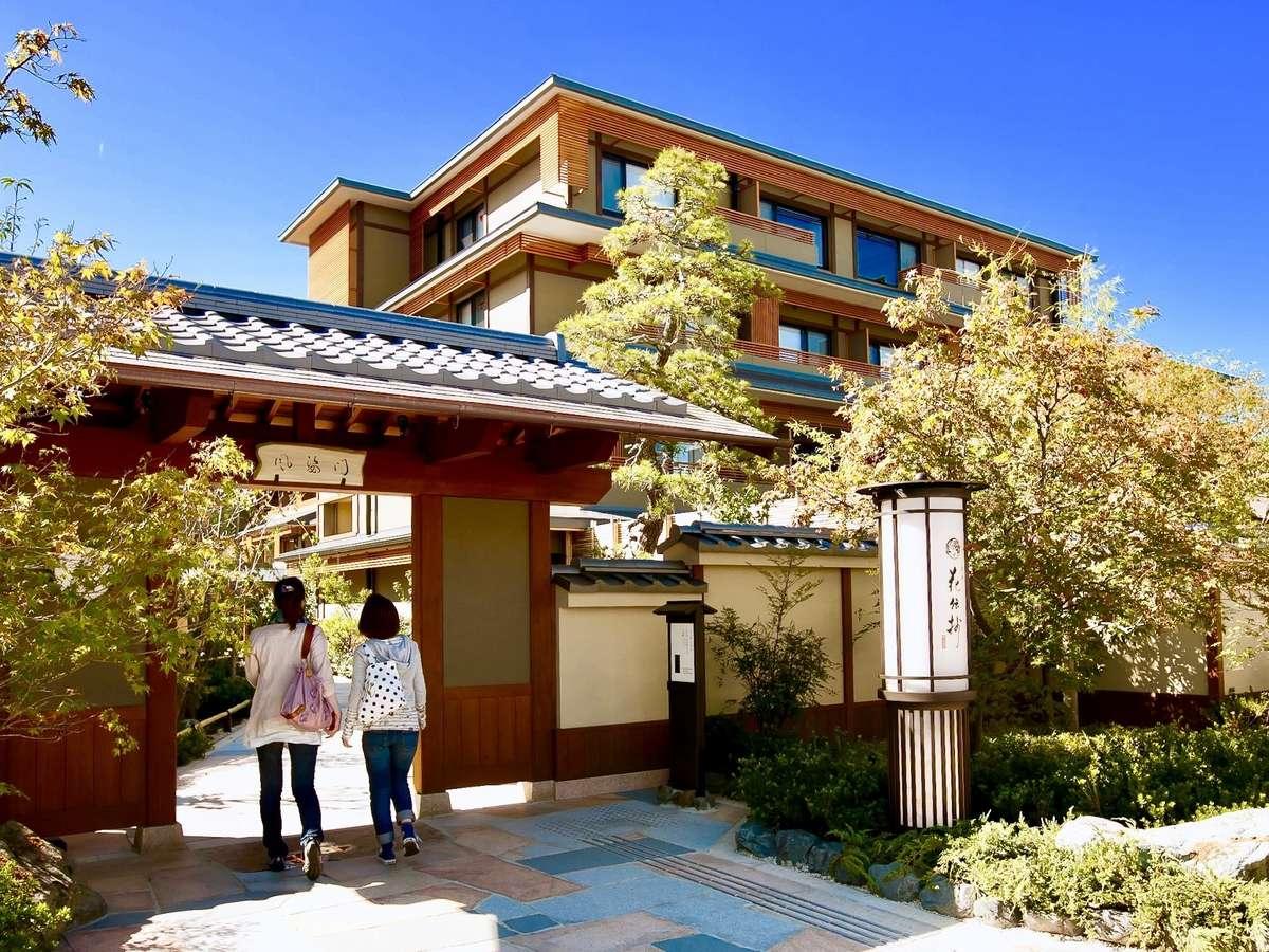 阪急嵐山駅目の前。風姿門をくぐり花伝抄までお越しくださいませ。お待ち致しております。