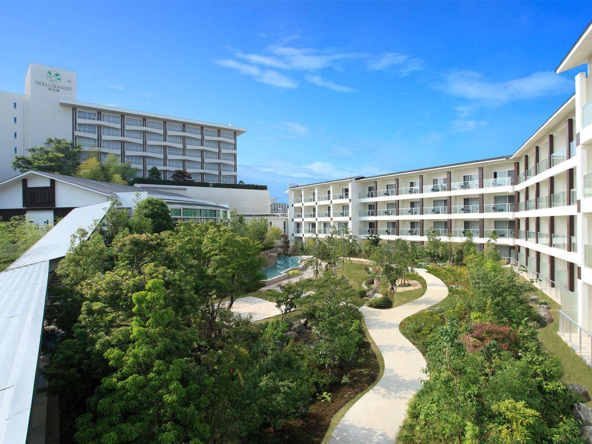 ■外観/中庭に面したガーデンコート棟(写真右)と浜名湖が望めるスカイコート棟(写真左)