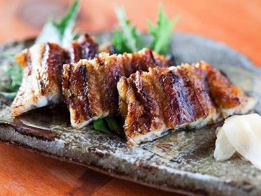 備長炭で焼き上げ外はカリッと身はふっくらとした炭焼き鰻。その他にもこだわりの料理でおもてなし。