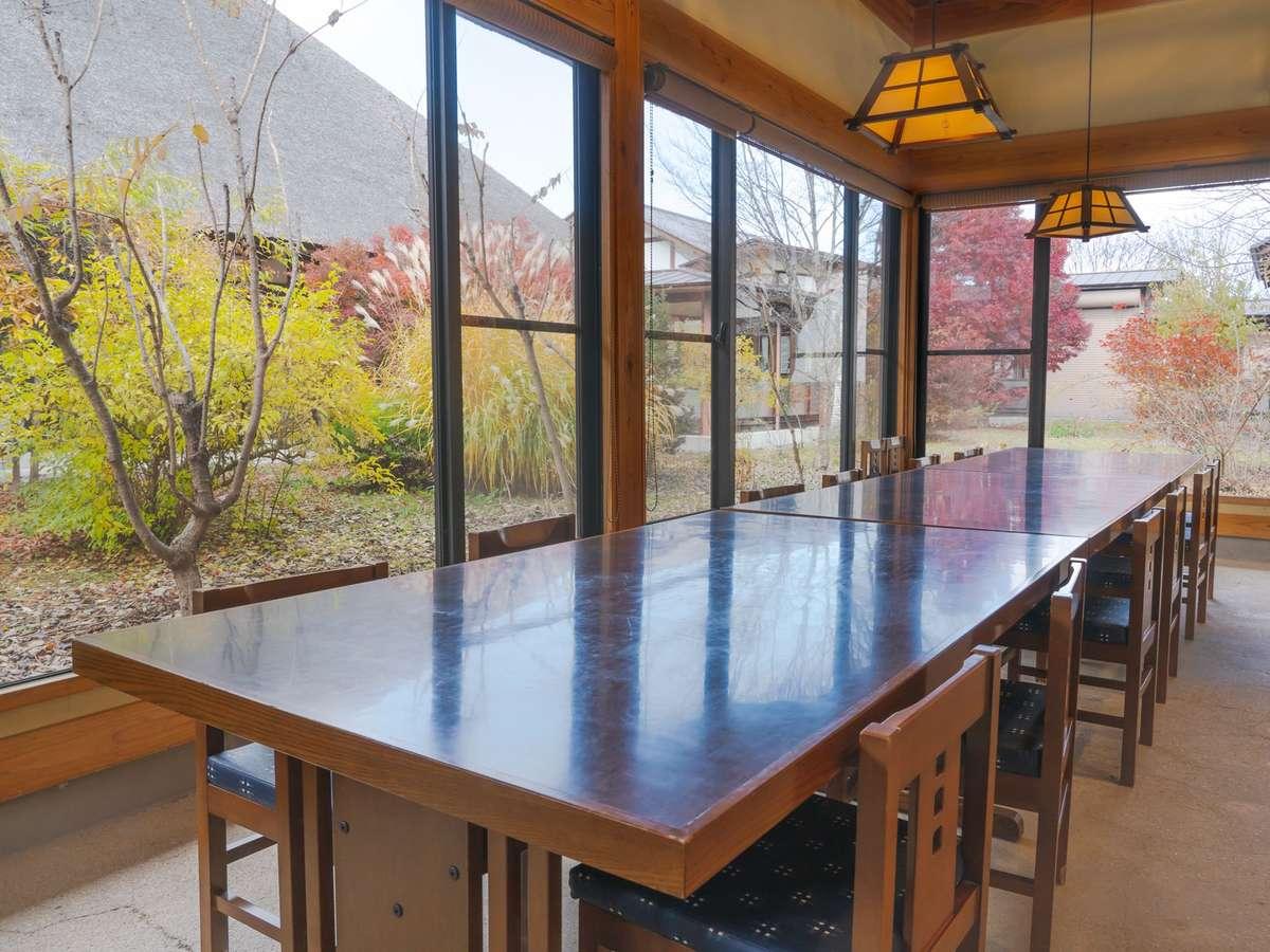 【食事処(夕食)】:高い屋根の解放感溢れる景色の中でゆっくりとお食事をお楽しみください。