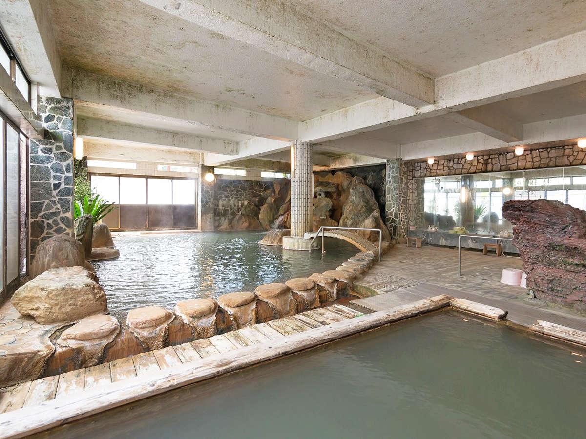 【岩風呂】岩風呂以外にも様々なスタイルでくつろげる浴槽が。男女時間交替制のためご注意ください。