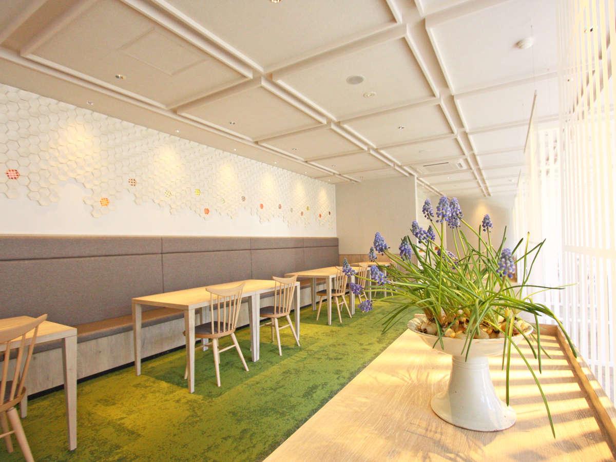 【レストラン】日の光と目に優しい色使いのオシャレなお食事処。壁には薩摩切子をあしらっております。