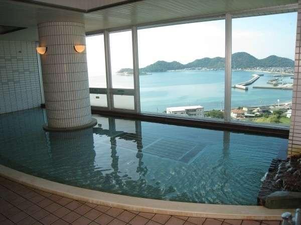最上階6階に位置する大浴場は絶景です。温泉と景色で日ごろの疲れを洗い流しましょう。