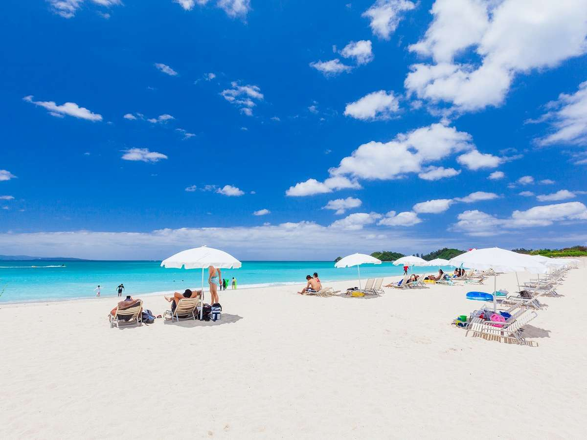 天然白砂が約1km続くオクマビーチ。マリンアクティビティは年中ご利用可能です。