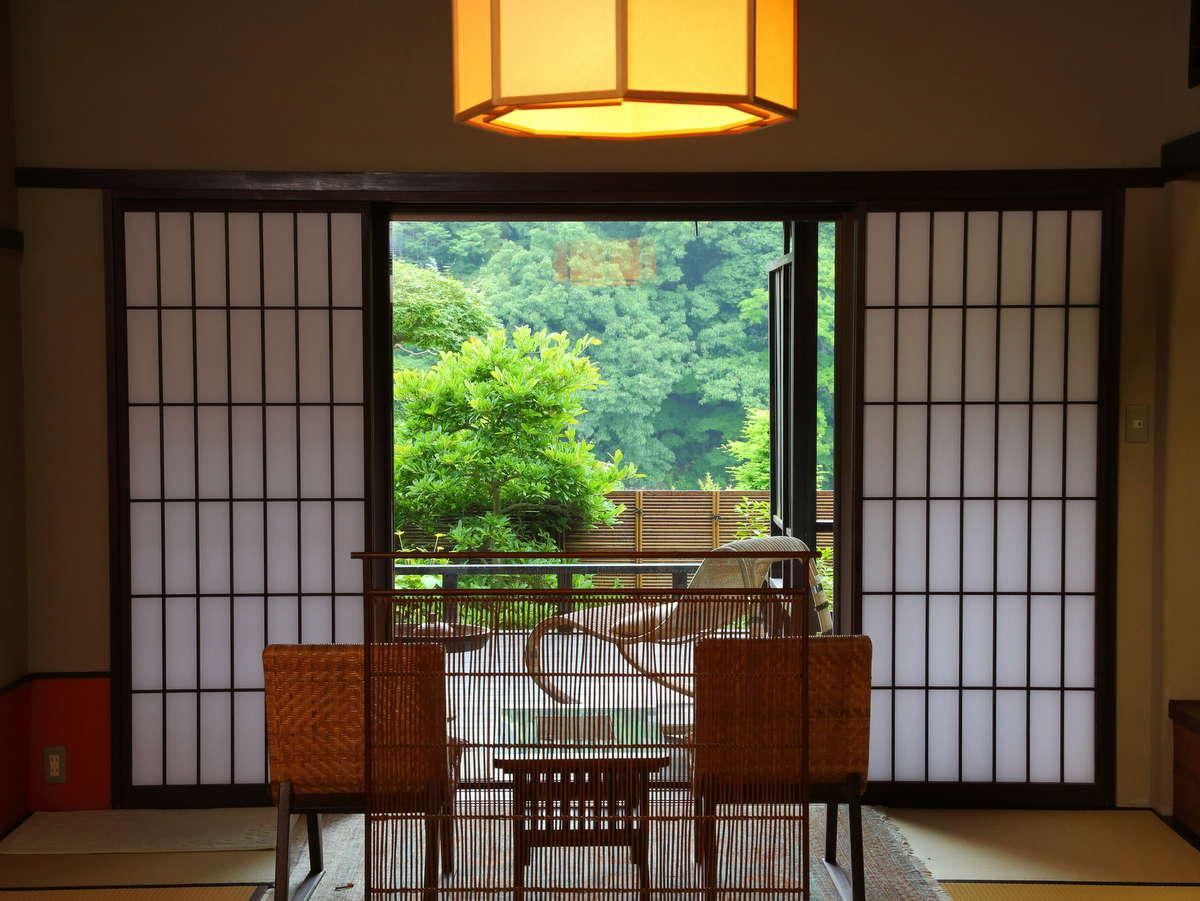 角部屋で広めの14畳和室。中からでもゆったり外を眺められます♪