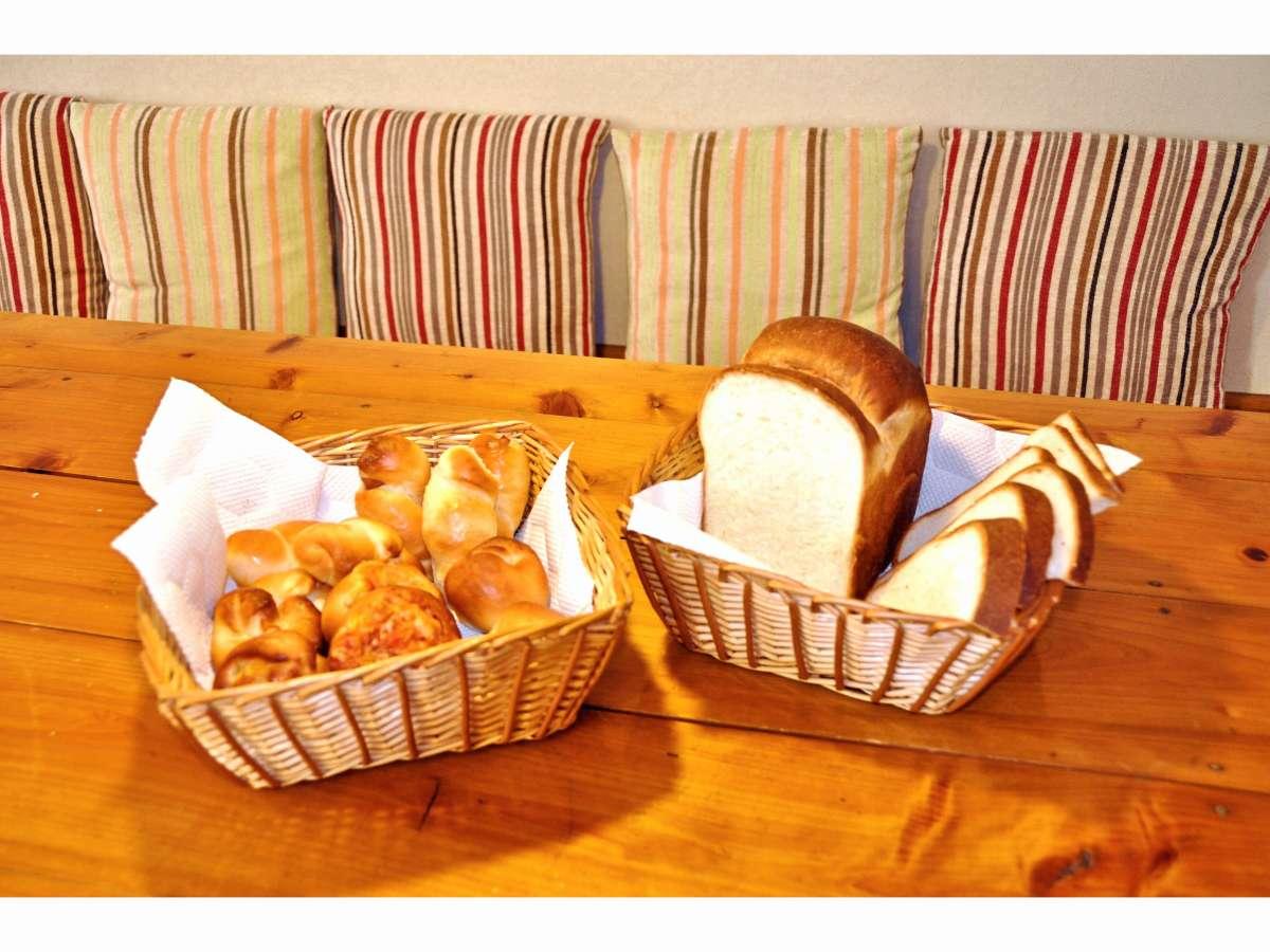 朝はオーナー手作り焼きたてパンが食べ放題!