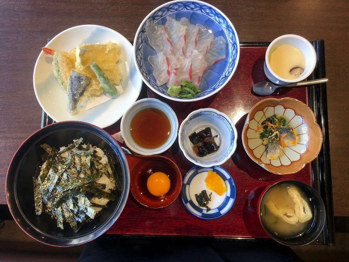 郷土料理 さわふくの「鯛丼(宇和島風)」セットです。是非ご賞味ください♪