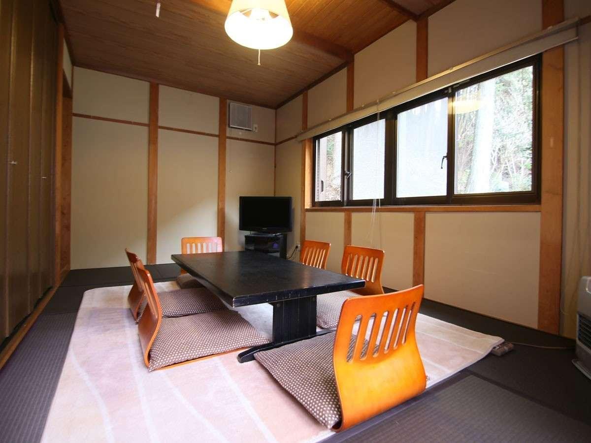 D棟畳のお部屋は座椅子でゆったりくつろいでいただけます(エアコン完備)