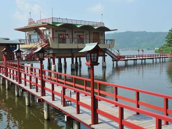 ★湖上露天風呂★朱色の桟橋を渡って湖上へ!