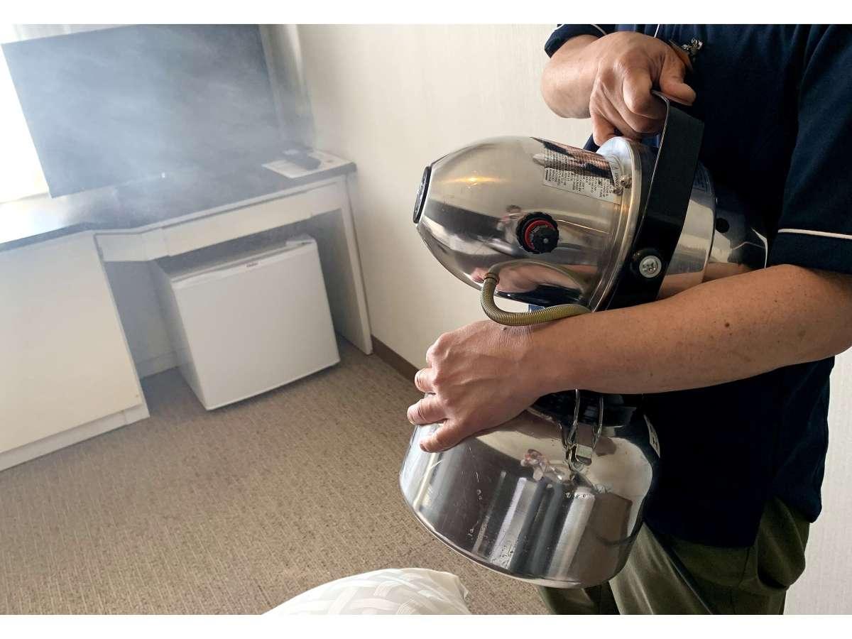 チェックアウト後の客室は、次亜塩素酸水にて消毒を行っております。