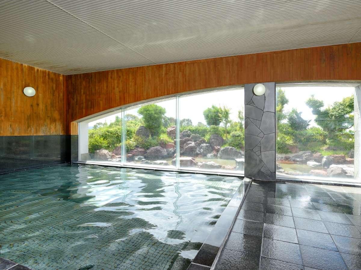 【温泉大浴場】内風呂の他、サウナ、水風呂、岩づくりの露天風呂もございます。
