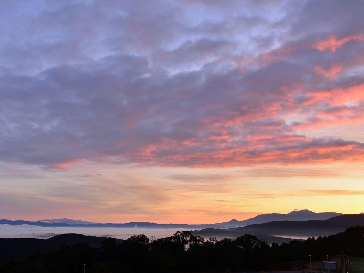 【雲海】天候や時間などの条件が揃わないと見ることのできない「雲海」をご覧ください。
