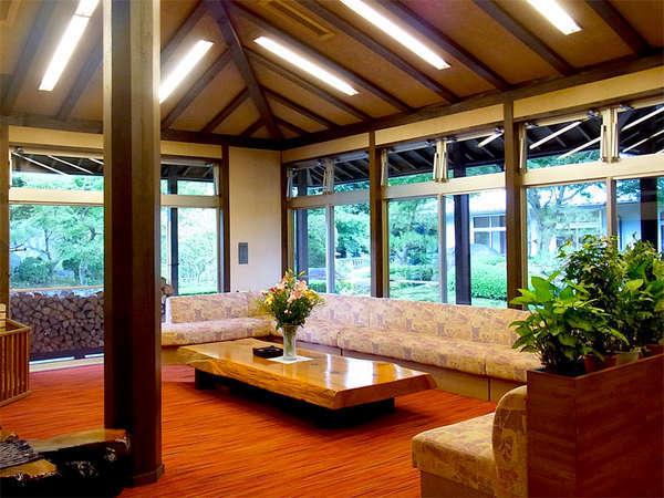 【ロビー】広々として、大きな窓から豊かな緑がご覧いただける落ち着いた雰囲気のロビー。