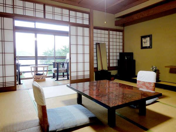 【和室8畳+2畳一例】全室南向きの和室で、庭園、東郷湖畔の景色を一望していただけます。