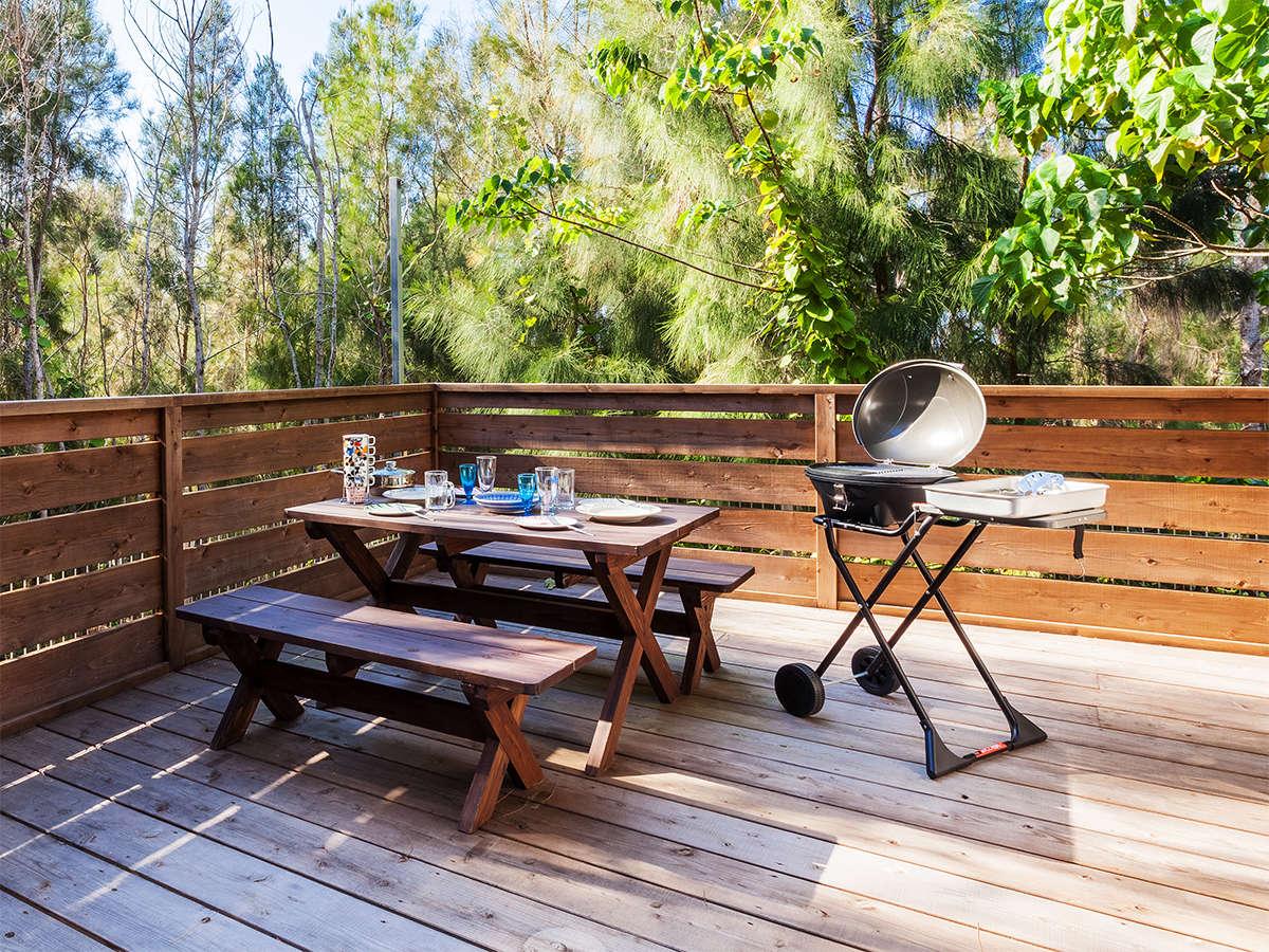 1Fnのテラスにはガーデンテーブルがあり森の中でBBQが可能です。