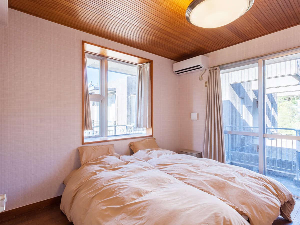 2階は寝室です。ツインルームと和室がございます。